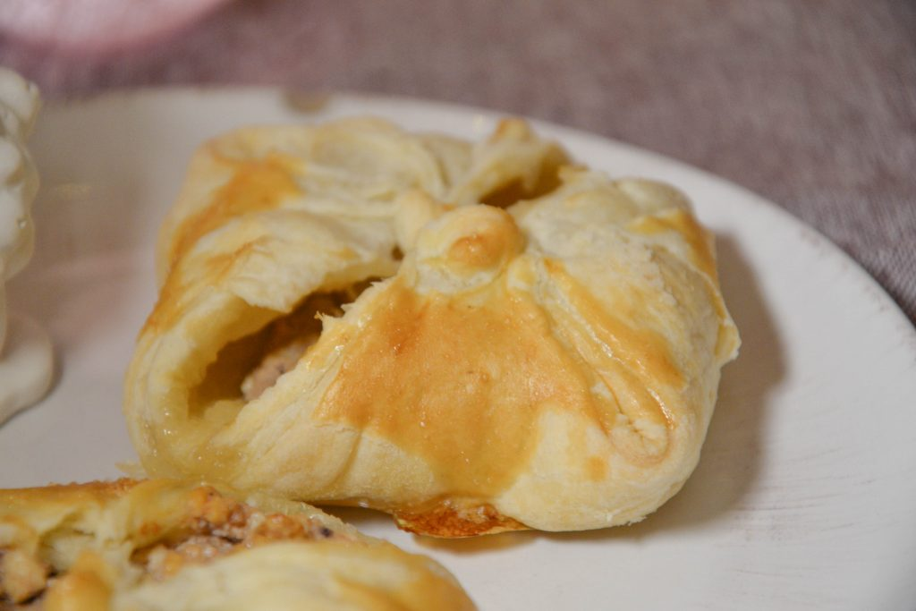 Puff pastries filled with curd and strawberry jam
